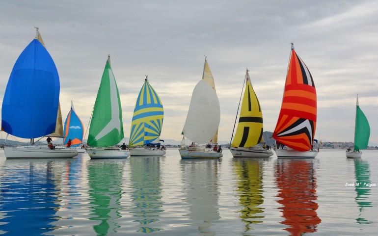 La encalmada de viento en la Perdiguera obliga al Comité anular la 4ª prueba del XXI Trofeo Carabela