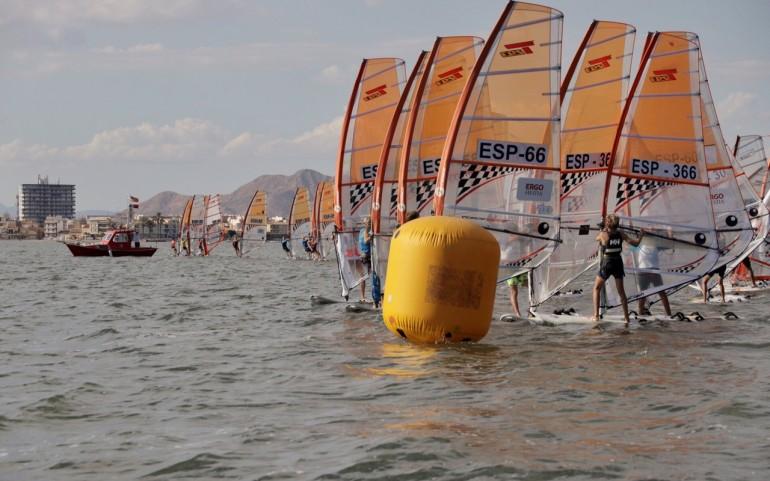 La fiesta del windsurf arrancó en Los Alcázares con el viento como gran protagonista.