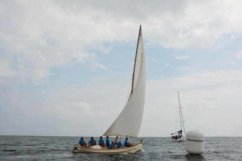 """El arroz en """"caldero"""" y los barcos de Vela Latina, unidos en el Mar Menor"""