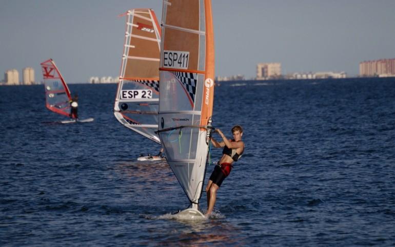 Gran jornada de windsurf en Los Alcázares con más 230 tablas en el Mar Menor