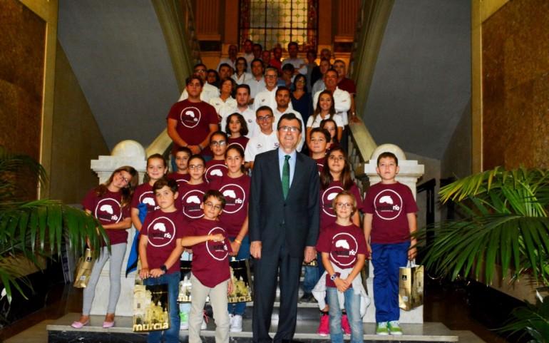 El alcalde de Murcia recibe a los alumnos de la Escuela de Vela del CNMARMENOR