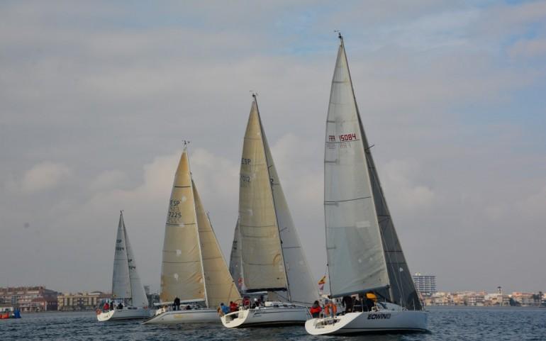 Larga espera del viento en la 2ª prueba del G.P. 'DFM Rent a Car' en el Carabela
