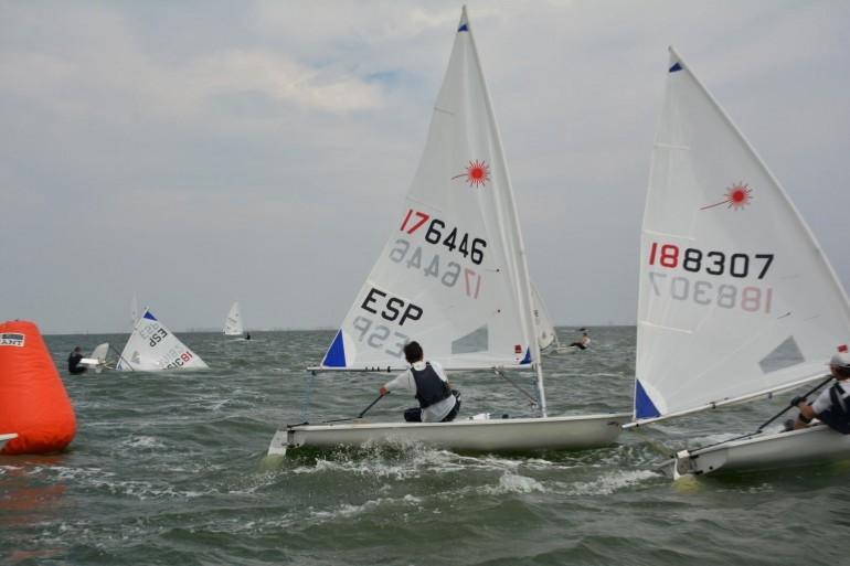 Con un lebeche de intensidad de 18 nudos compitió la flota de Optimist y Láser en el VI Memorial Marquesa de Rozalejo
