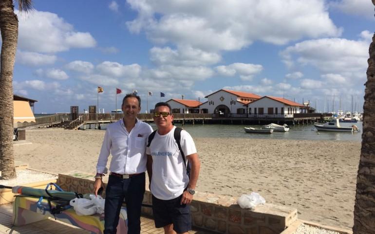"""El comodoro del CNMM, anfitrión del consejero de Turismo en el """"Surfari Mar Menor"""""""