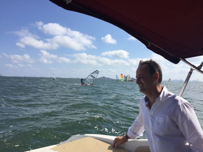 """El consejero de Turismo, Cultura y Medio Ambiente, presenció el """"Surfari Mar Menor"""""""