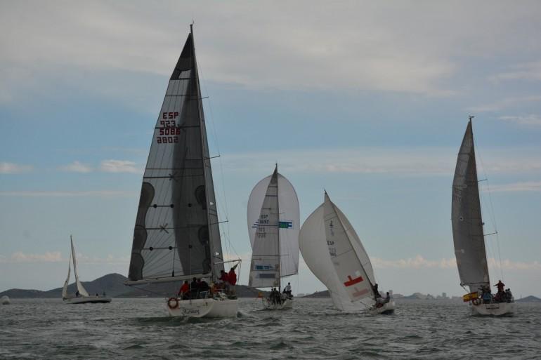 El viento de poniente pone firme la flota en el inicio del XXIV Trofeo Carabela de Plata