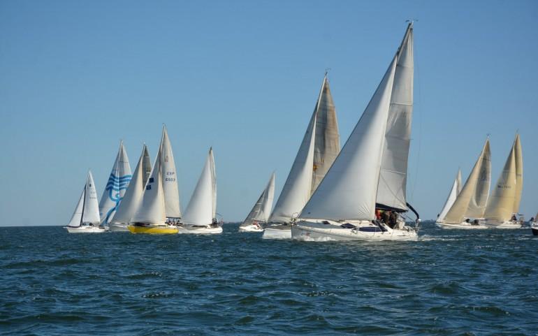 La flota de 34 barcos navegó en la 10ª Travesía del Turrón con viento del Noroeste