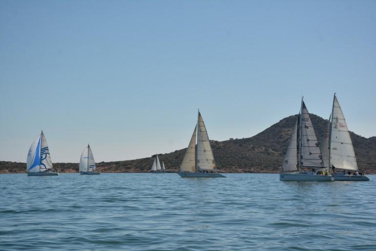 """La ausencia del viento provoca acortar la 1ª prueba del G.P. Estrella de Levante del """"XXIV Trofeo Carabela"""""""