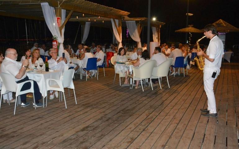 """Grata velada musical y gastronómica en la fiesta """"Ibicenca"""" del CN Mar Menor"""