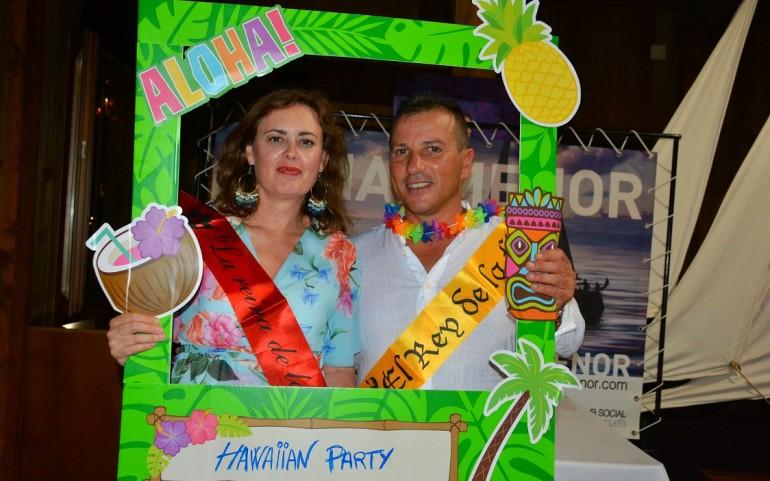 Una fiesta hawaiana con sabor a mar y nombramiento de 'reyes' de la noche