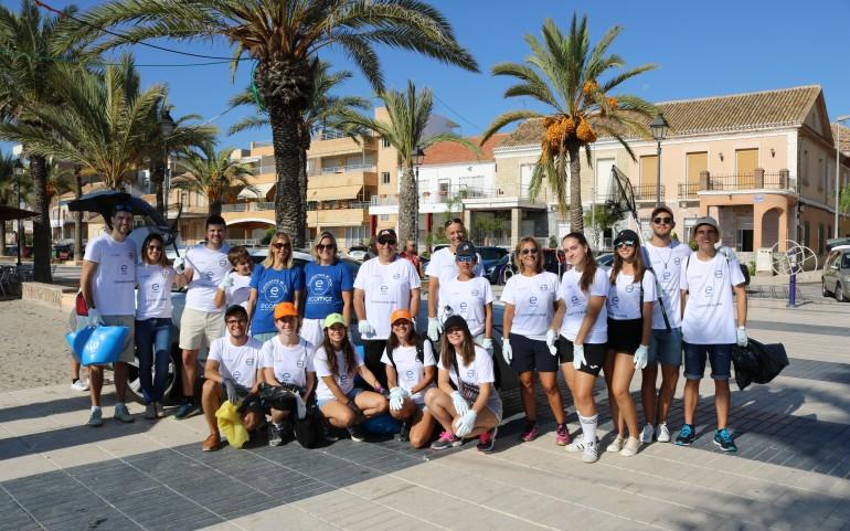 Theresa Zabell asiste junto con la Fundación ECOMAR a la limpieza de playas.