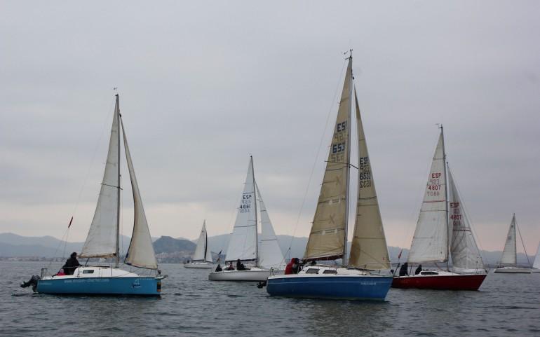 La caída del viento provoca suspender la regata