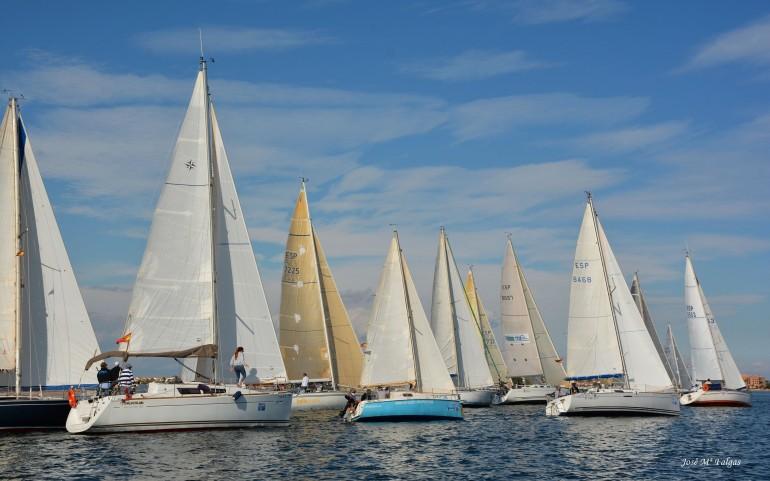 El poco viento retrasa más de dos horas la regata inaugural del XXI Trofeo Carabela