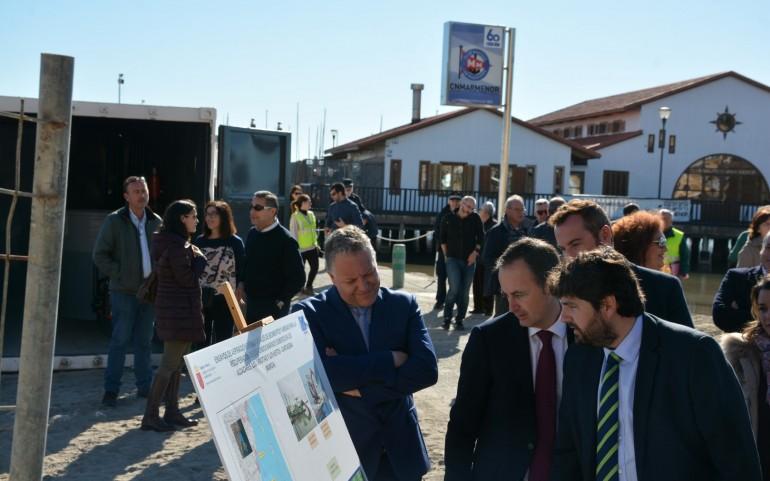 López Miras, en los ensayos de extracción de lodos en el Mar Menor (foto: Falgas)