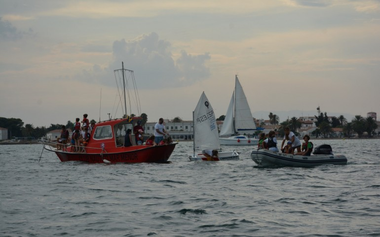 Divertida regata Optimist en la que navegaron los adultos (Fotos: José Mª Falgas)