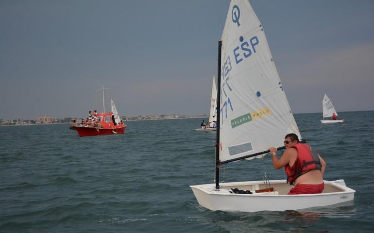 Divertida regata Optimist en la que navegaron los adultos (Fotos: José Mª Falgas)