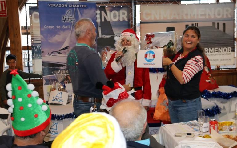 """Papá Noel, en la entrega de trofeos y regalos de la """"XI Travesía del Turrón"""" (Fotos: Toñi)"""