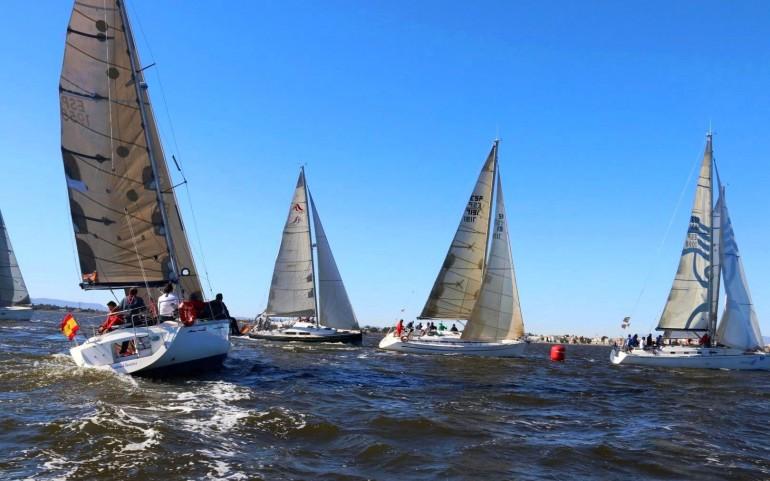 Tensión y nervios el primer día del XXVI Trofeo Carabela de Plata en la baliza de desmarque en aguas de Los Alcázares