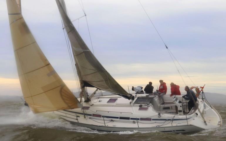 El fuerte viento y oleaje redujo la Travesía del Turrón a la mitad de barcos inscritos